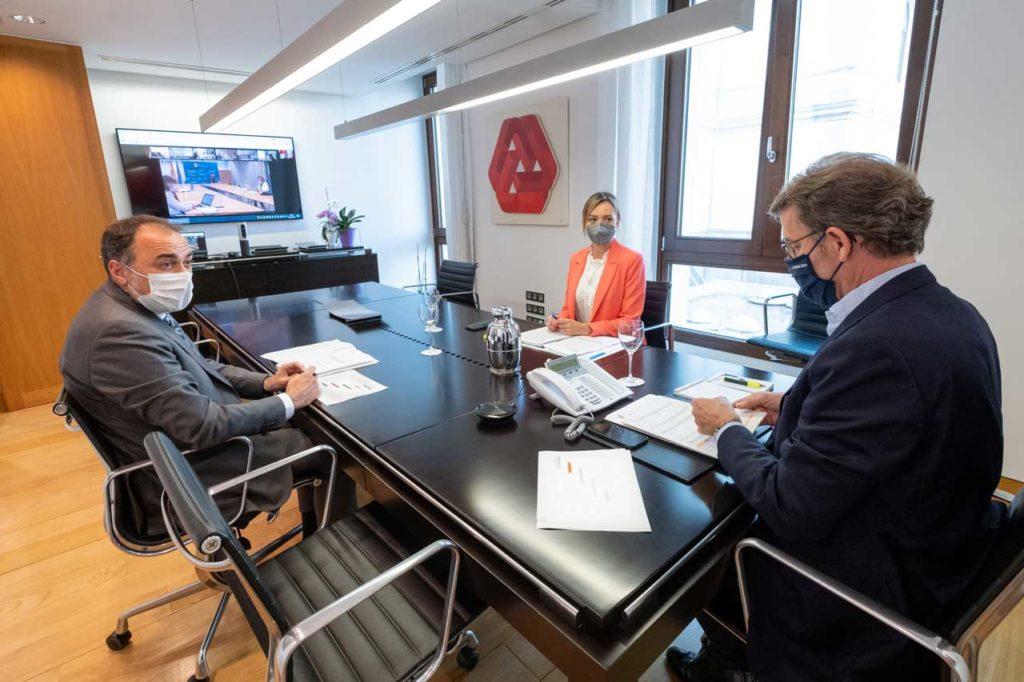 El presidente Alberto Núñez Feijóo con los conselleiros de Sanidade, Julio García Comesaña, y Política Social, Fabiola García, en la videoconferencia con el comité clínico de expertos.