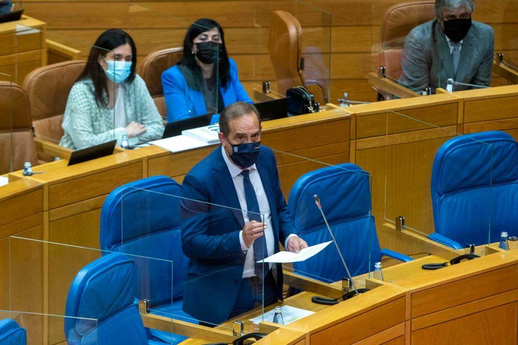 El conselleiro de Facenda, Valeriano Martínez, durante su comparecencia en el Parlamento.