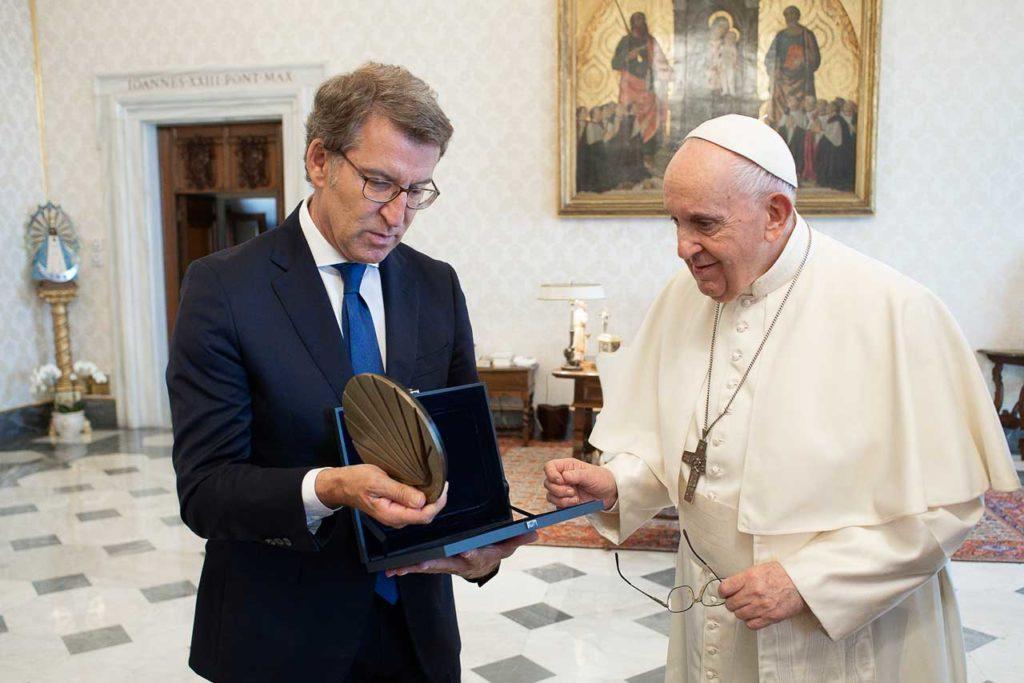 Feijóo entregó al pontífice una concha de bronce, símbolo del Camino.