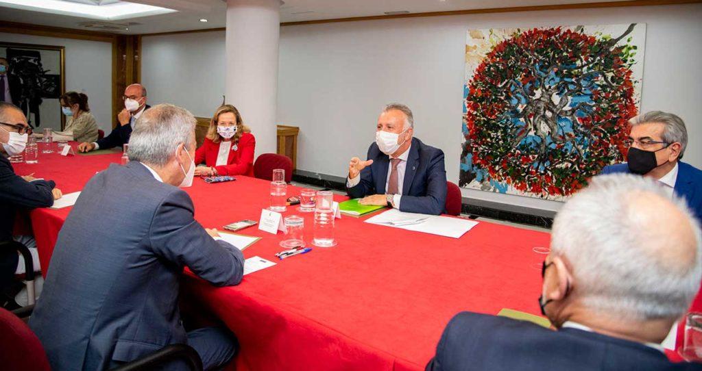 Ángel Víctor Torres y la ministra Nadia Calviño en el foro económico con los agentes sociales.