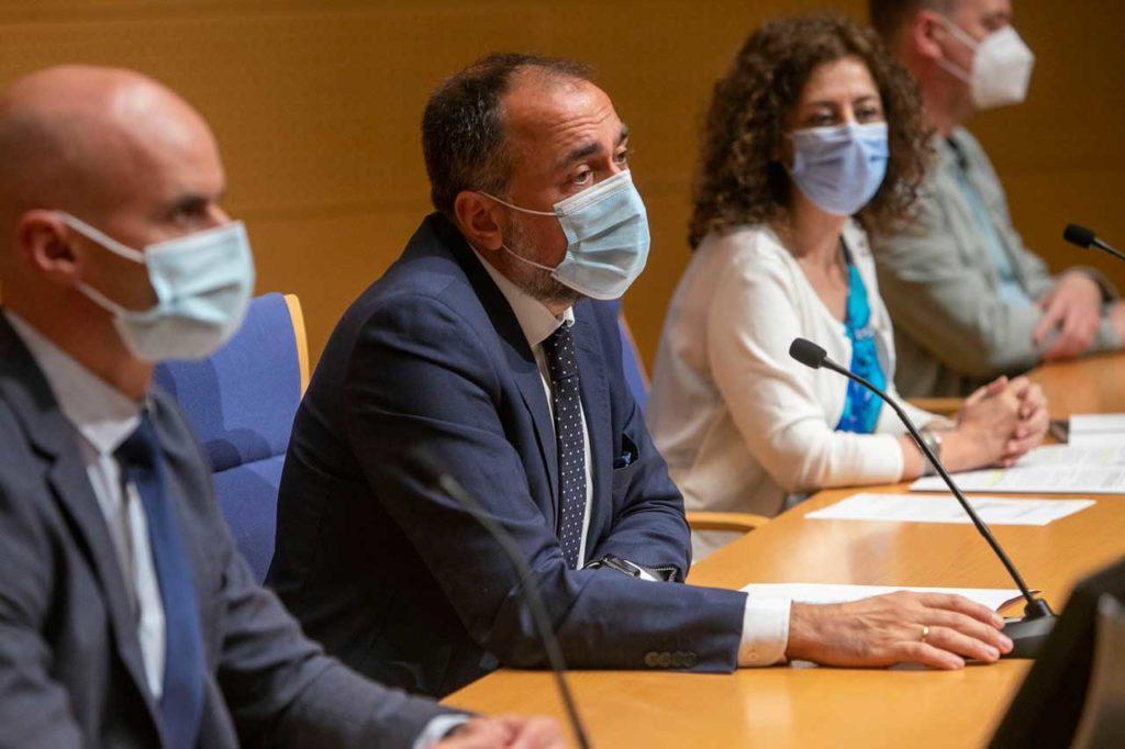 El conselleiro de Sanidade, Julio García Comesaña, explica las medidas aprobadas por el comité clínico de expertos acompañado por miembros de su departamento.