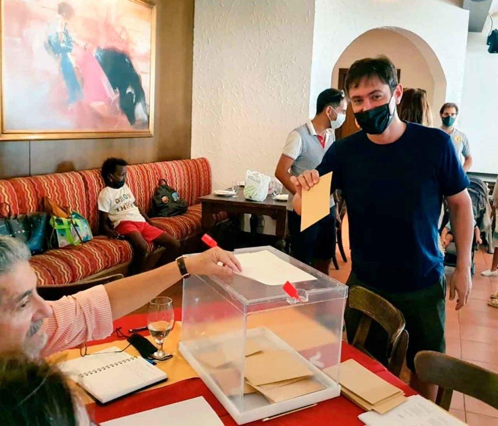 Un ciudadano español votando en Dubai para elegir el CRE de Emiratos Árabes Unidos.