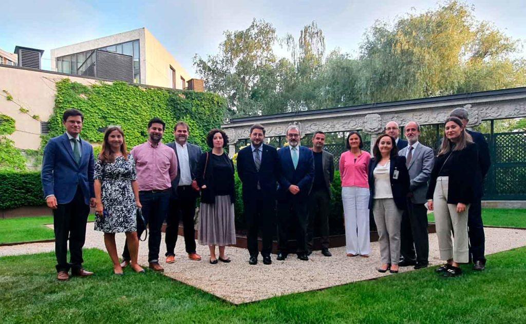 Manuel Muñiz, en el centro, con miembros de la colectividad española en Alemania.