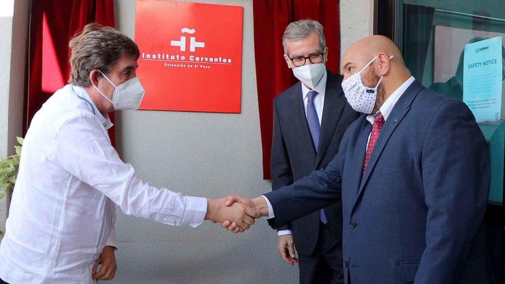 Luis García Montero saluda a Ben Arriola en presencia de Santiago Cabanas durante la inauguración.