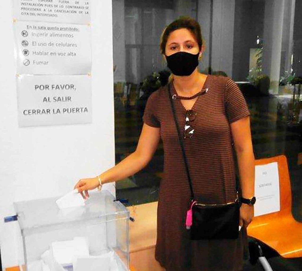 Joven votante depositando la papeleta en el Consulado de La Habana.
