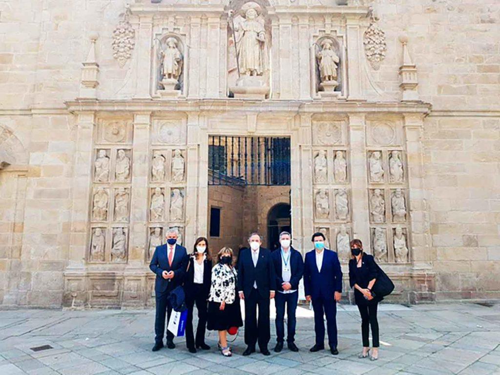 El grupo ante la Puerta Santa de la Catedral de Santiago.
