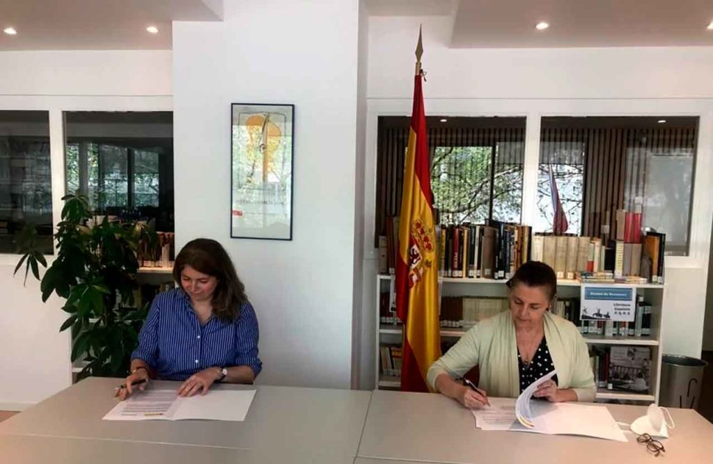 Guadalupe Melgosa y María José Cano firmaron el acuerdo de colaboración.