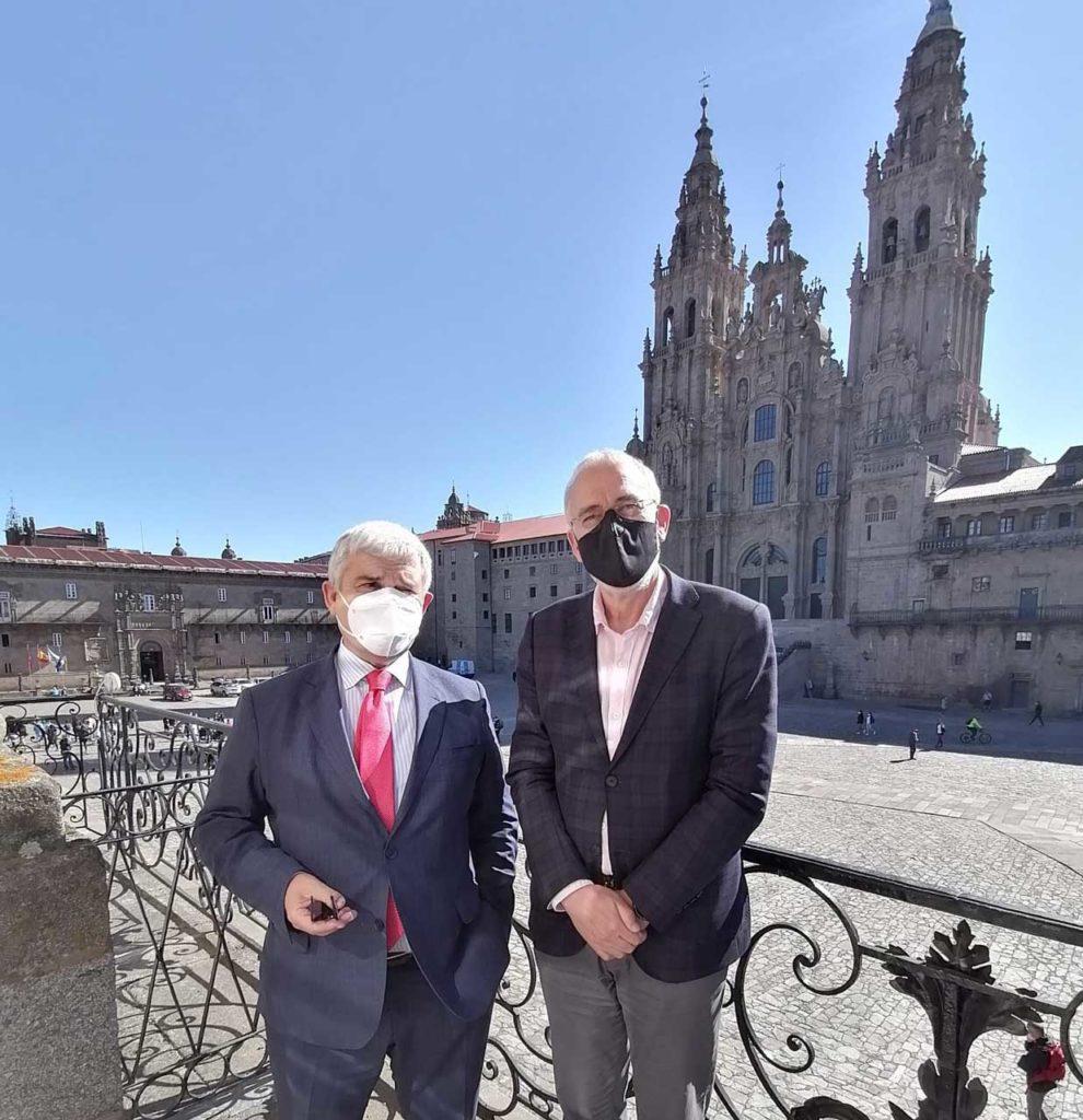 El director general de Ordenación y Promoción Turística, Ciprián Rivas, y el concejal de Presidencia, Relaciones Institucionales y Turismo y Delegado del Año Santo 2021 de Santiago, Gumersindo Guinarte, en la plaza del Obradoiro.