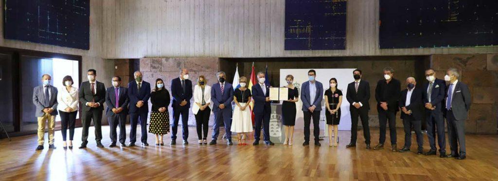 El presidente Ángel Víctor Torres y la ministra Yolanda Díaz (centro) con el acuerdo firmado.