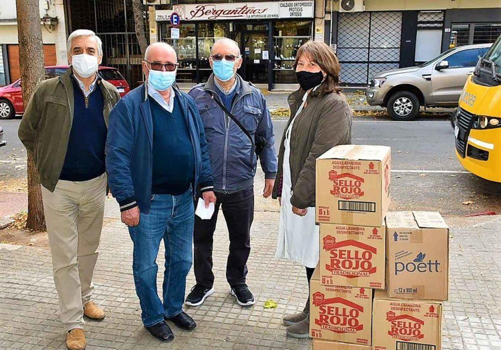 José María García y otros directivos de la Cruzada Obra Doctor Caritat entregando una donación a la maestra Carolina Cortazzo.