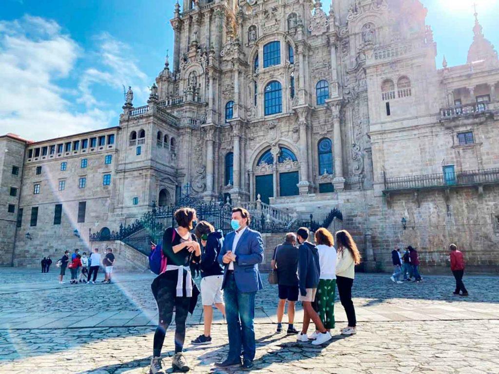 Rodríguez Miranda con Michelle Miron frente a la Catedral de Santiago.