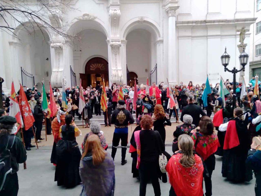 Las banderas de Argentina, España, Galicia y el resto de las comunidades autónomas ondearon frente a la iglesia.