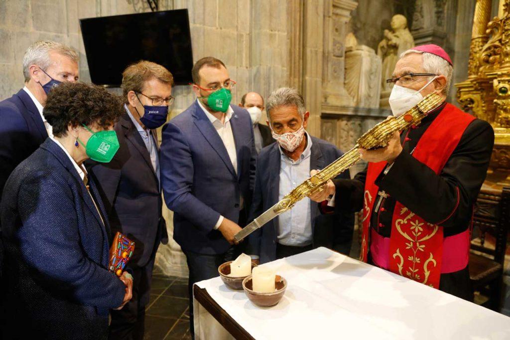 Los presidentes de Galicia, Asturias y Cantabria y el resto de autoridades asistentes al acto, en el Monasterio de Santo Toribio de Liébana.