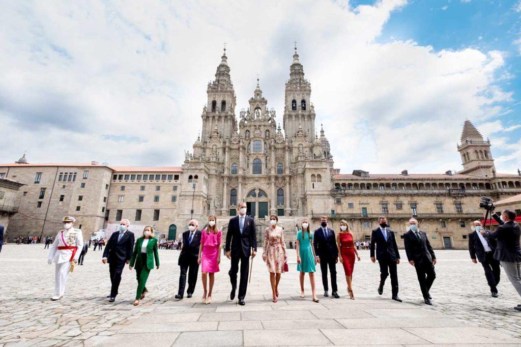 Los Reyes de España, la Princesa Leonor y la infanta Sofía ante la Catedral de Santiago acompañados por el resto de autoridades.