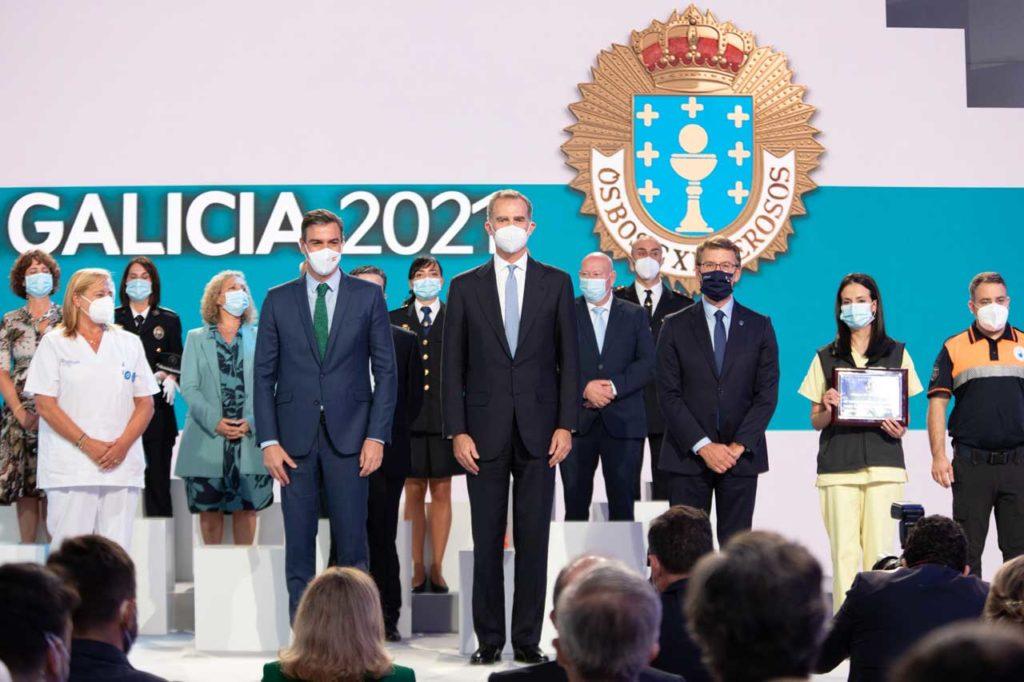 Feijóo posó con el Rey y el presidente Sánchez con los galardonados, encabezados por Yolanda Moares (con la placa en la mano).