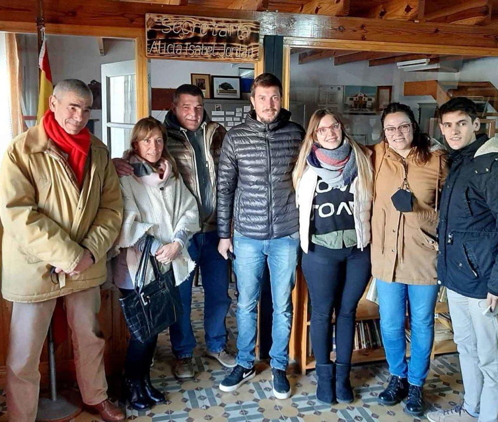 Familiares de Alicia Isabel Jordán y directivos de la Asociación Española de Coronel Dorrego frente a la Secretaría que lleva su nombre.