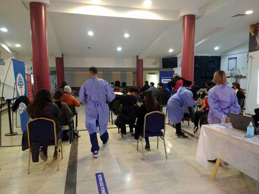 Vacunación en el Cine Teatro de la Asociación Española de Neuquén.