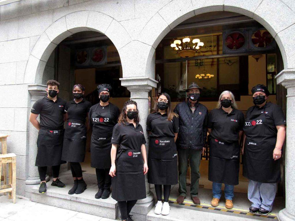 Trabajadores del restaurante del Centro Gallego de Santander con la ropa con el logotipo del Xacobeo.