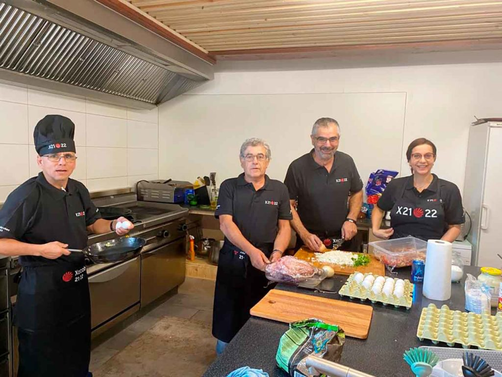 Los trabajadores del restaurante con la ropa de trabajo del Xacobeo 21-22.