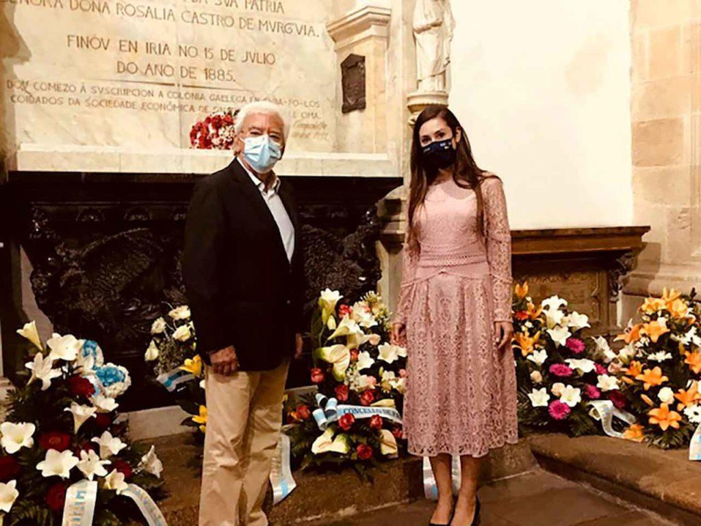 Representantes de los retornados en el panteón de Rosalía de Castro.