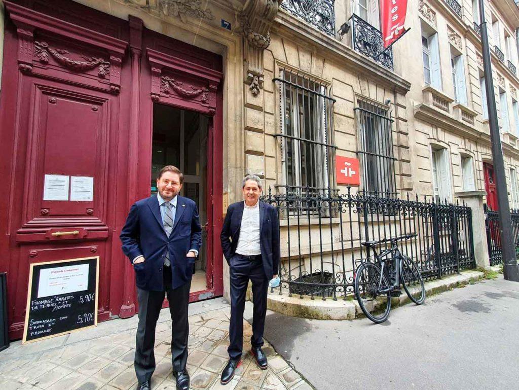 Manuel Muñiz, izquierda, en una de las sedes del Instituto Cervantes en París.