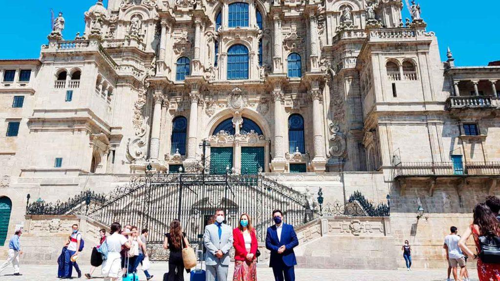 Ramiro Rodríguez Bausero, Ana Teresa Ayala y Antonio Rodríguez Miranda frente a la Catedral de Santiago.
