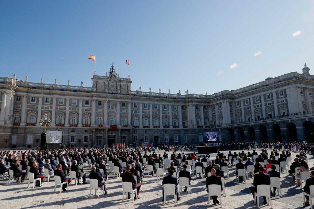 El patio de Armas del Palacio Real de Madrid acogió el pasado 15 de julio el segundo acto de homenaje a las víctimas del covid en España, centrado en esta ocasión en el personal sanitario fallecido durante la pandemia, con la presencia de los Reyes y el resto de autoridades del Estado.