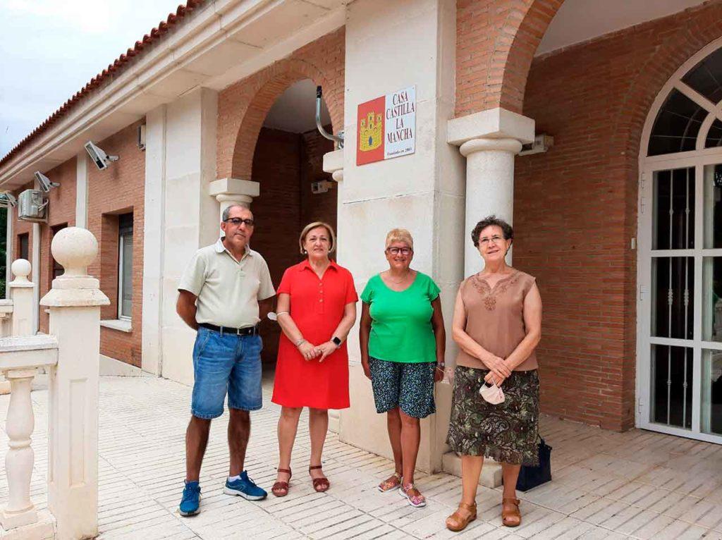 Margarita Sánchez, segunda por la izquierda, con directivos de la Casa de Castilla-La Mancha en Pinto.