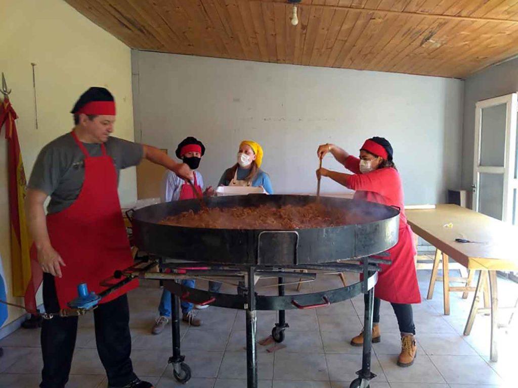 Preparando la paella en Tornquist.