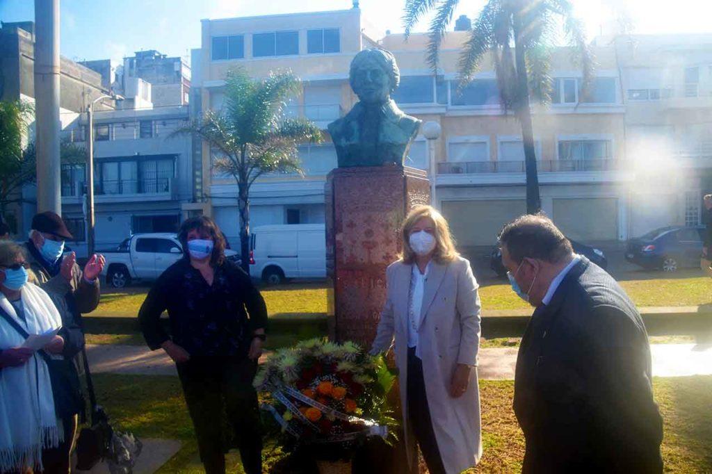 Mónica Calviño y María Victoria Scola colocaron las flores ante el monumento a Rosalía de Castro.