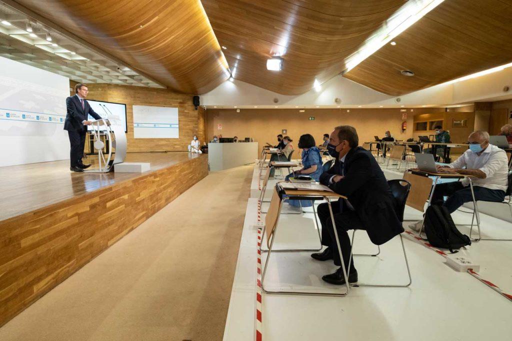 Núñez Feijóo presenta el techo de gasto de la Xunta para 2022 en presencia del conselleiro de Facenda, Valeriano Martínez.