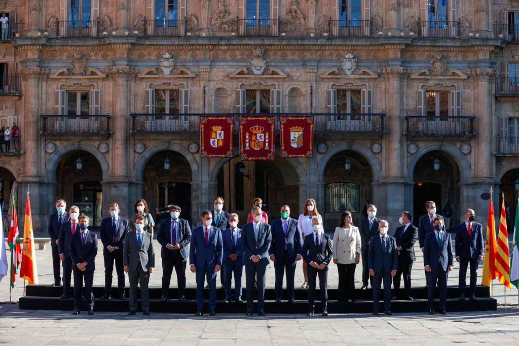 Foto de familia de la Conferencia de Presidentes con el Rey de España en la Plaza Mayor de Salamanca.