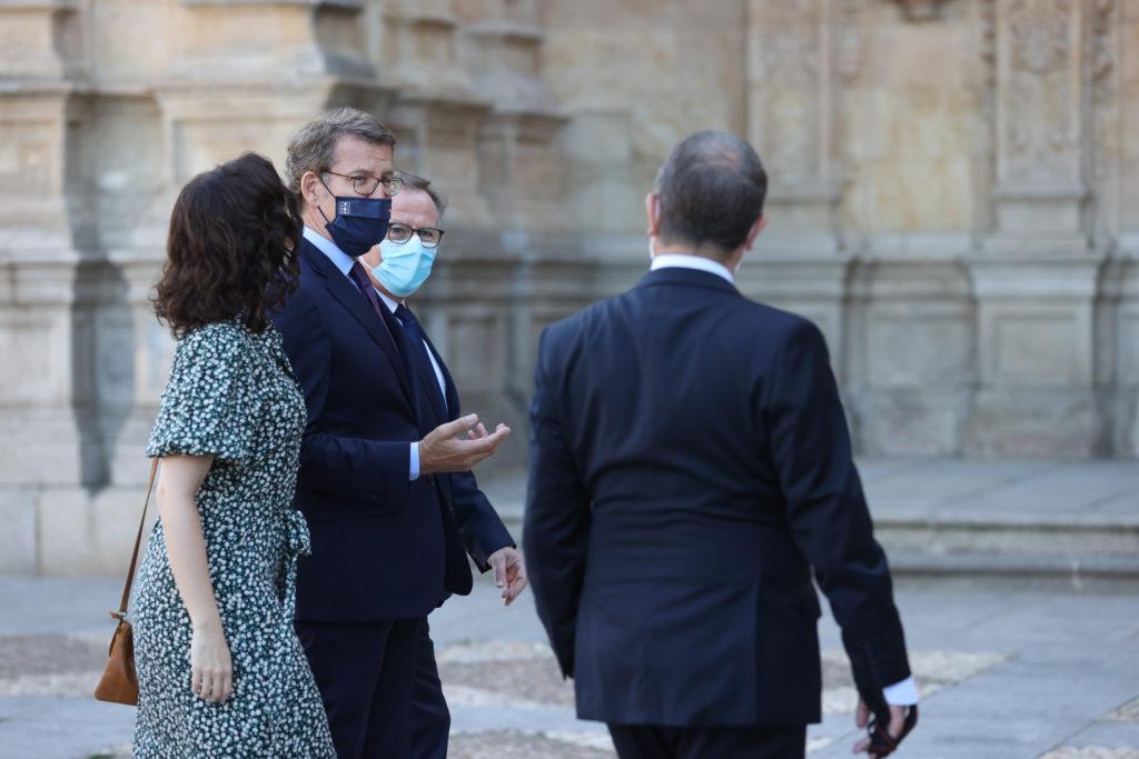 Feijóo conversa con otros presidentes en la Cumbre de Salamanca.