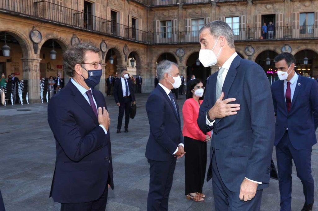 Feijóo recibe el saludo del Rey Felipe VI previo a la Conferencia de Presidentes en presencia de Pedro Sánchez.