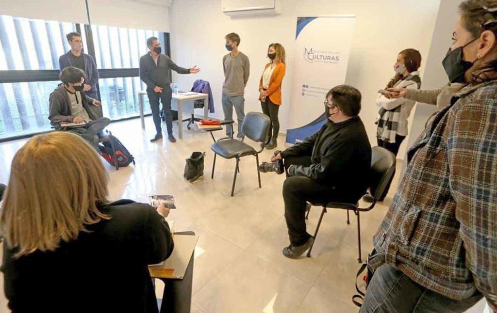 Marcelon Colonna, directivos de la Asociación Española y alumnos en la apertura de las clases.