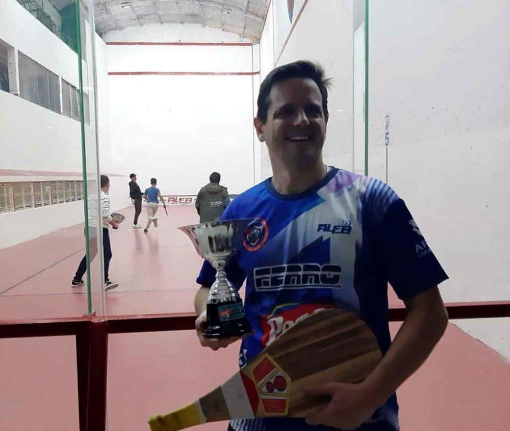 Guillermo Caviglia con su trofeo.