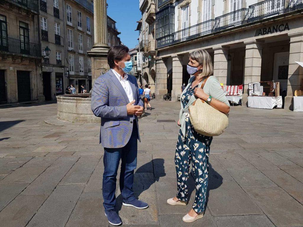 Antonio Rodríguez Miranda y María Jesús Rodríguez, en su recorrido por las calles de Santiago de Compostela.