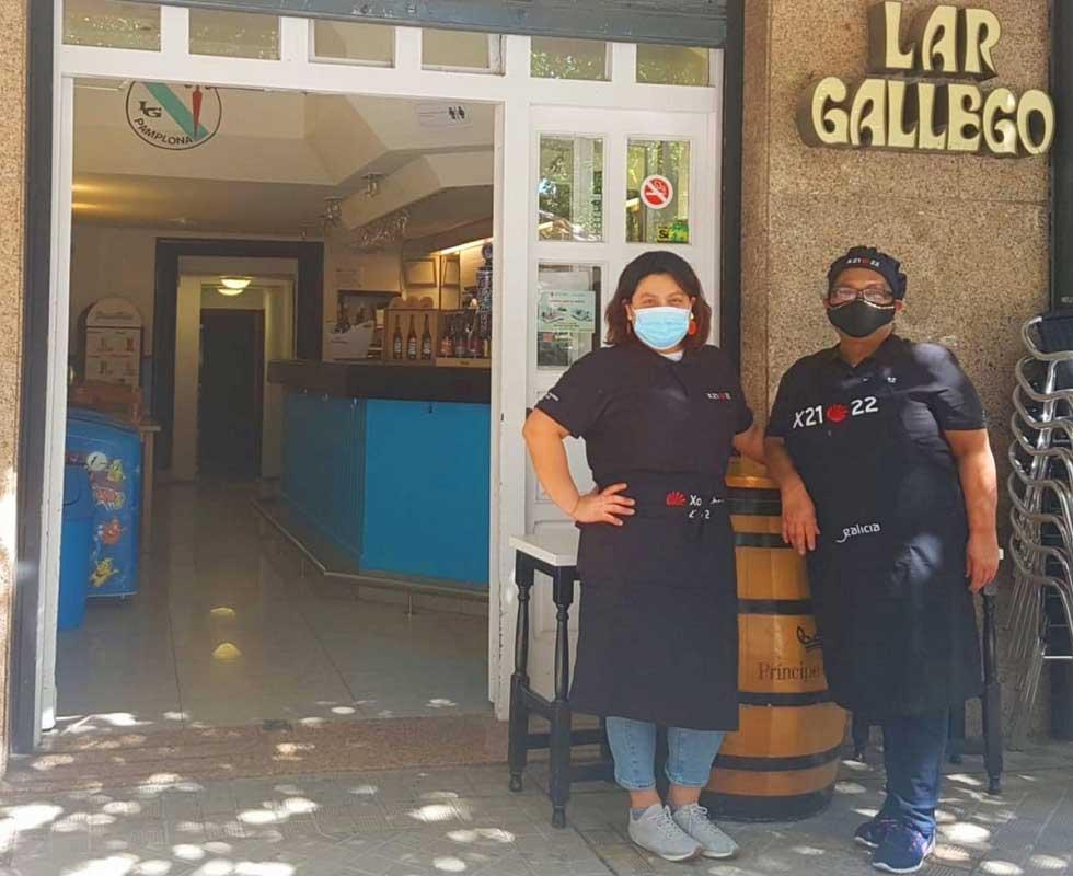 Trabajadores del restaurante del Lar Gallego de Pamplona con el material promocional.
