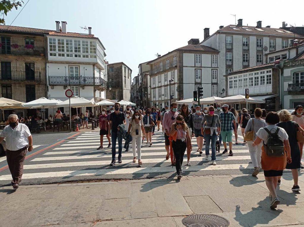 Ciudadanos paseando por las calles de Santiago de Compostela.