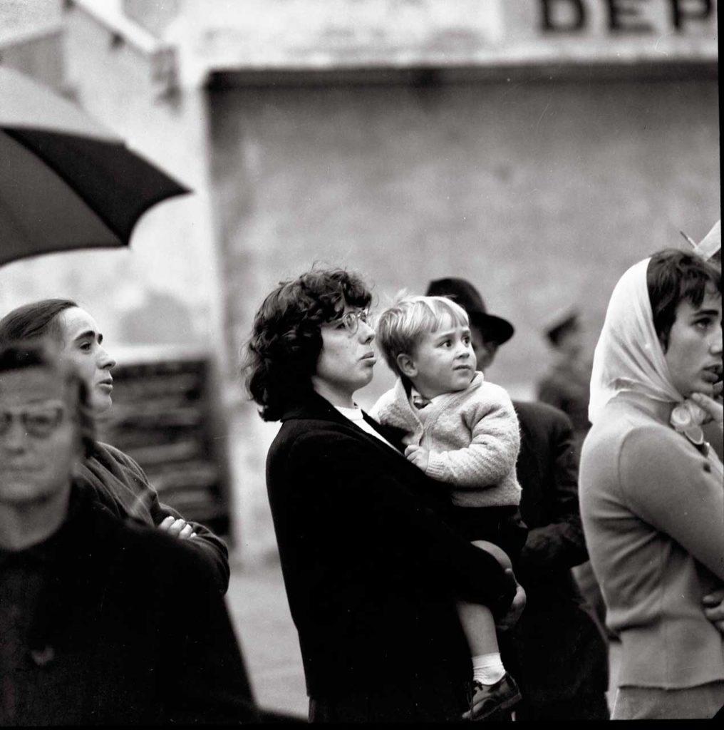 Familiares esperando la salida del barco (A Coruña, 1958).