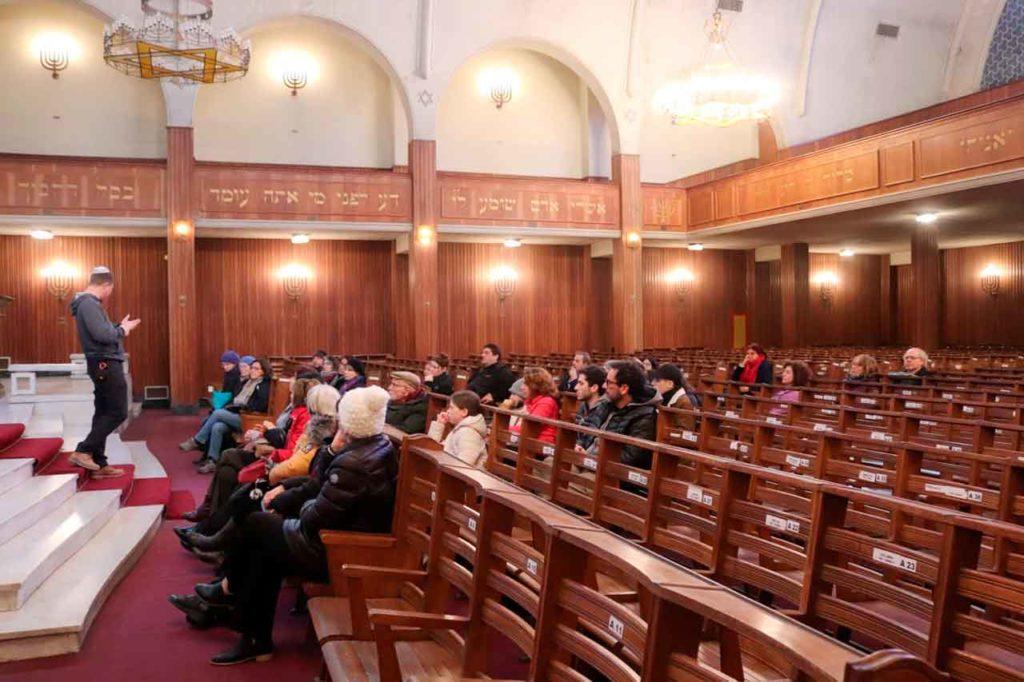 Directivos de la colectividad española en la sinagoga de Montevideo.