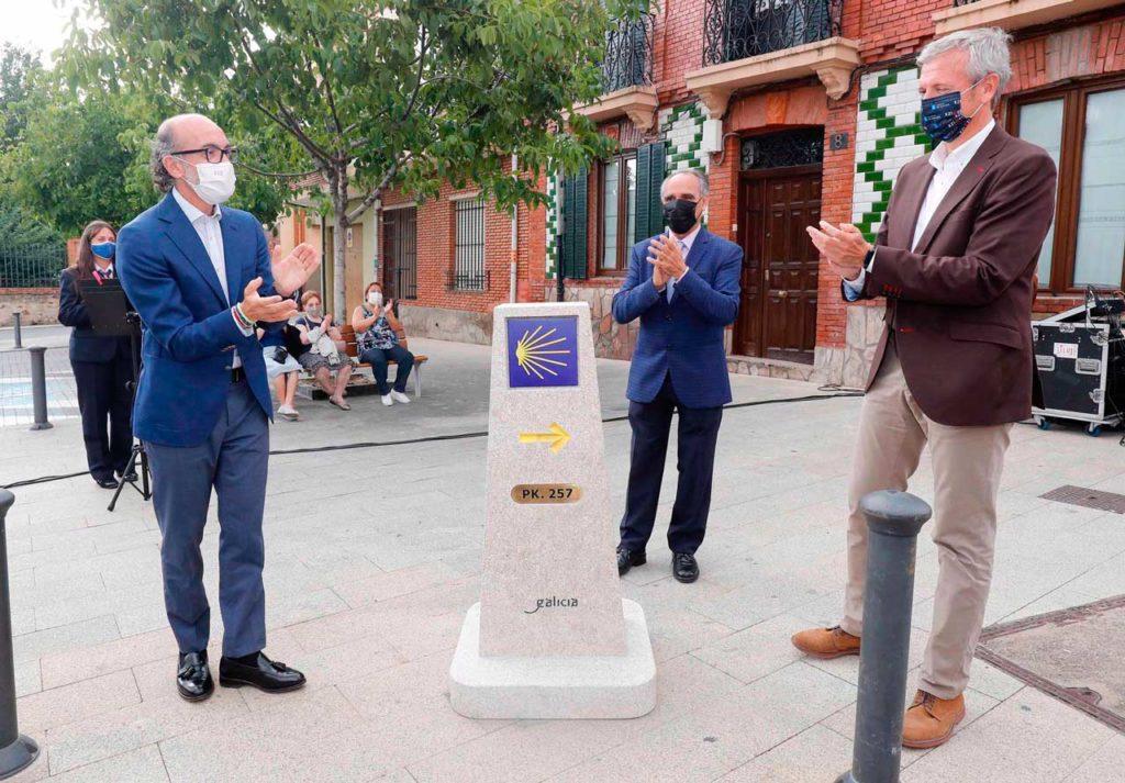 Alfonso Rueda inauguró en Astorga (León) un mojón del Camino de Santiago.