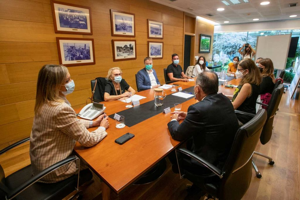 La conselleira de Política Social, Fabiola García, se reunión con representantes de las siete entidades.