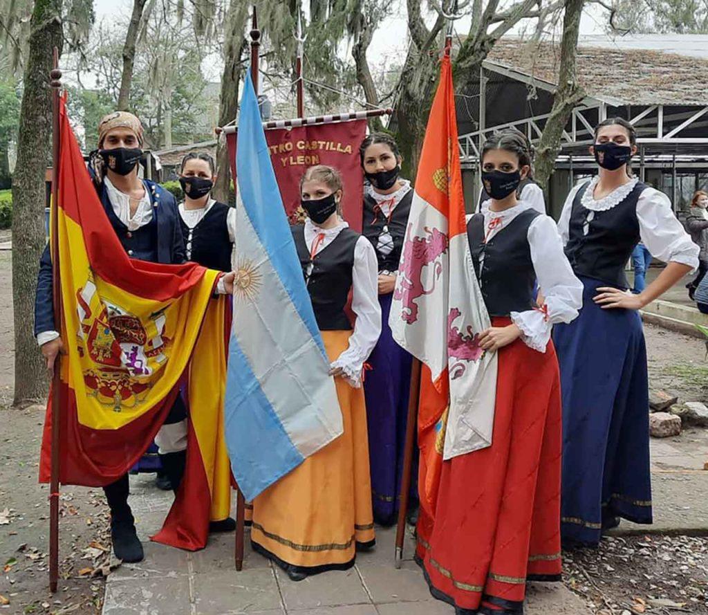 Jóvenes de la entidad con los trajes regionales.