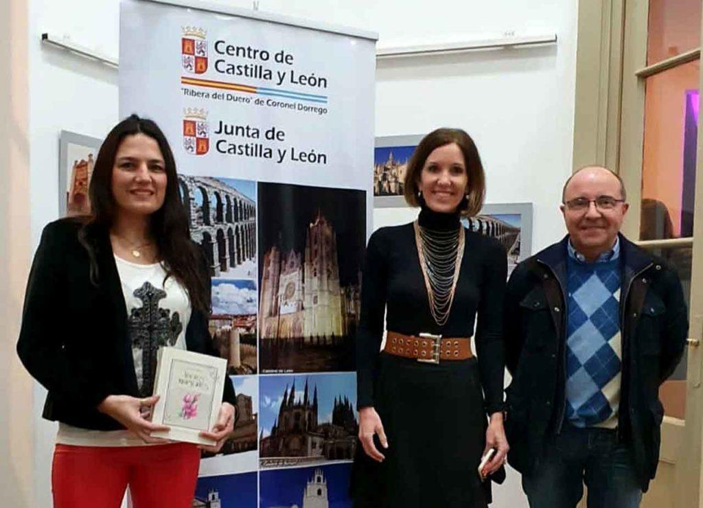Diana Arias, en el centro, entregó un libro al Centro de Castilla y León de Coronel Dorrego.