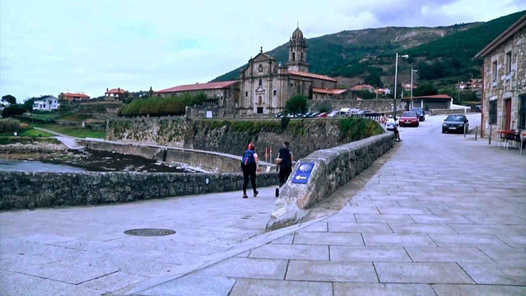 Camino Portugués por la Costa a su paso por Oia.