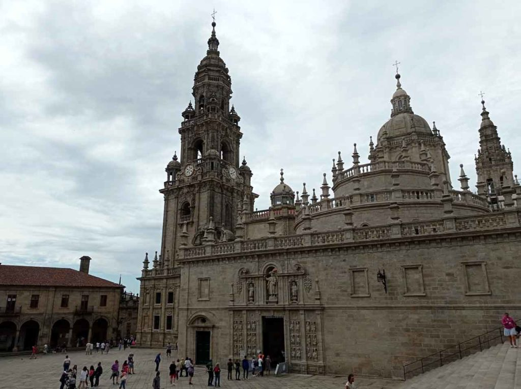 El programa tiene como objetivo promover los lazos con Galicia y con su cultura a través del Camino de Santiago de las personas mayores de 65 años vinculadas a estos centros del exterior.