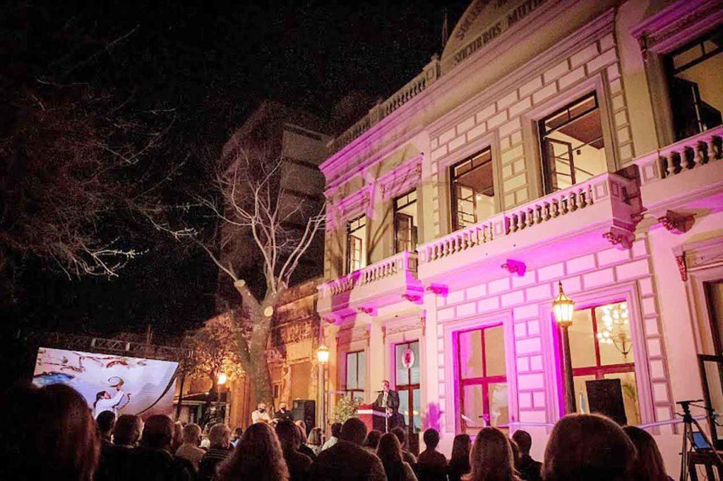 El intendente se dirige a los asistentes al acto frente a la remozada fachada del Teatro Español.