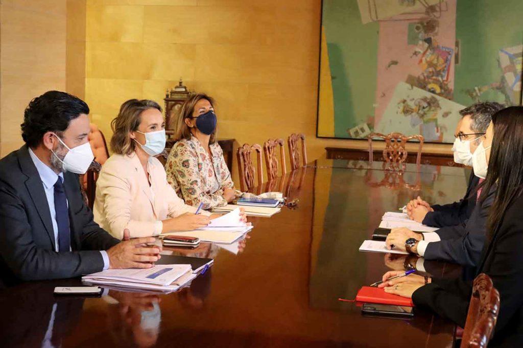 Cuca Gamarra, a la izquierda, en frente el ministro Félix Bolaños.