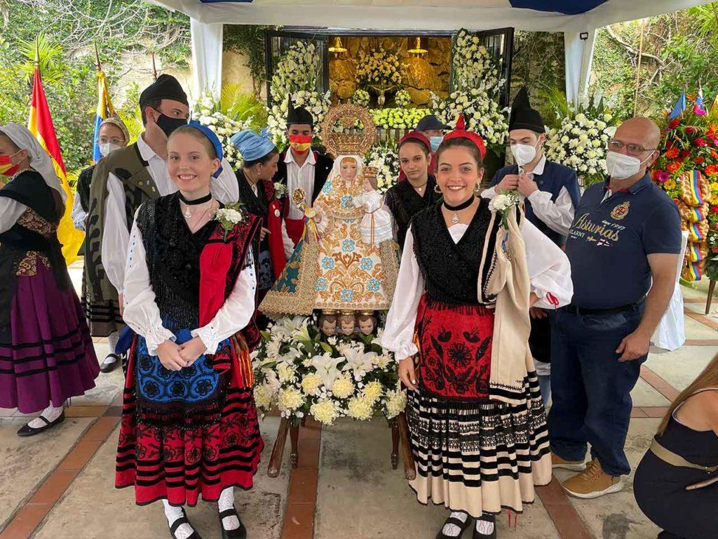 Procesión con la imagen de la Virgen de Covadonga 'La Santina'.